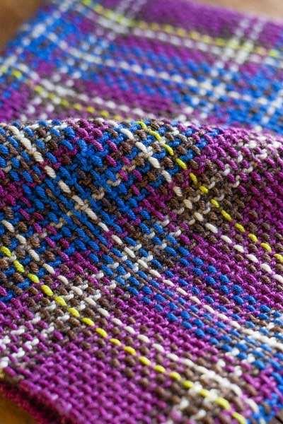 интересный прием вышивка по вязаному полотну